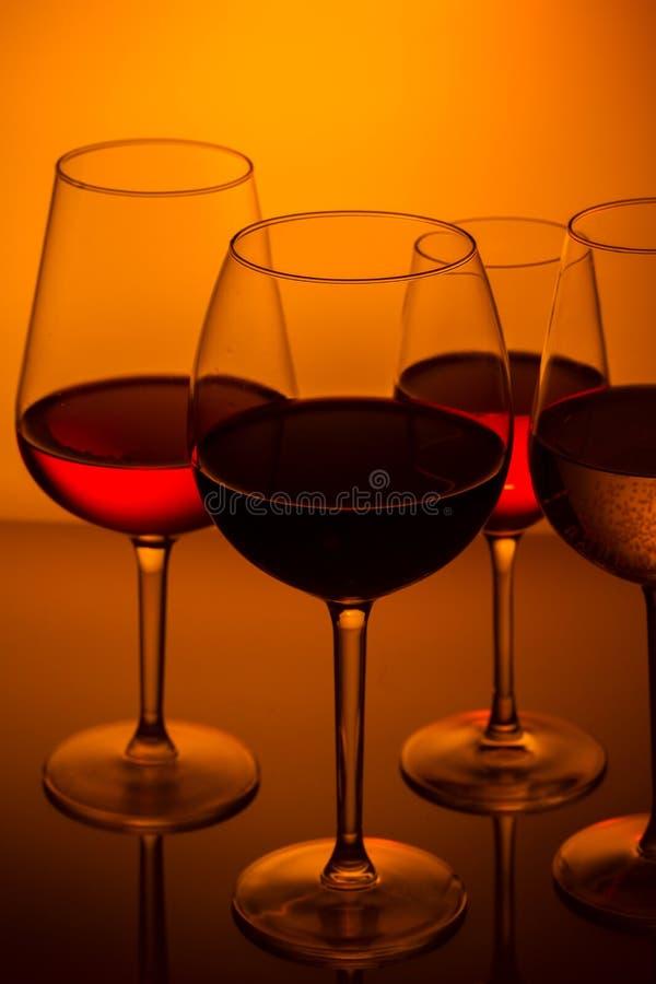 Wijnglazen op blauw royalty-vrije stock afbeeldingen