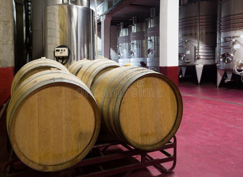 Wijnkelder met houten en stell vaten royalty-vrije stock fotografie