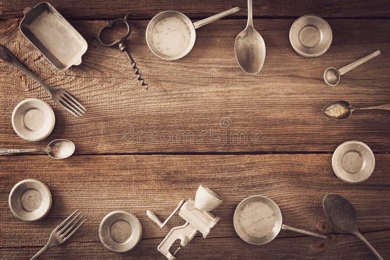 Wijnoogst cookware op houten raad royalty-vrije stock foto