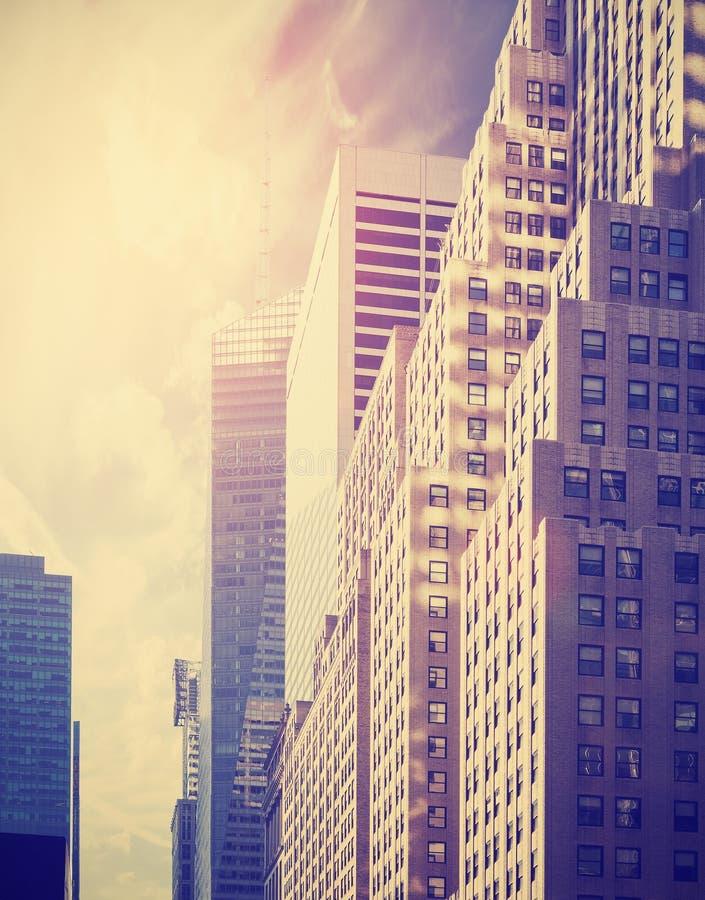 Wijnoogst gestemde foto van wolkenkrabbers in Manhattan bij zonsondergang, NYC, stock foto's