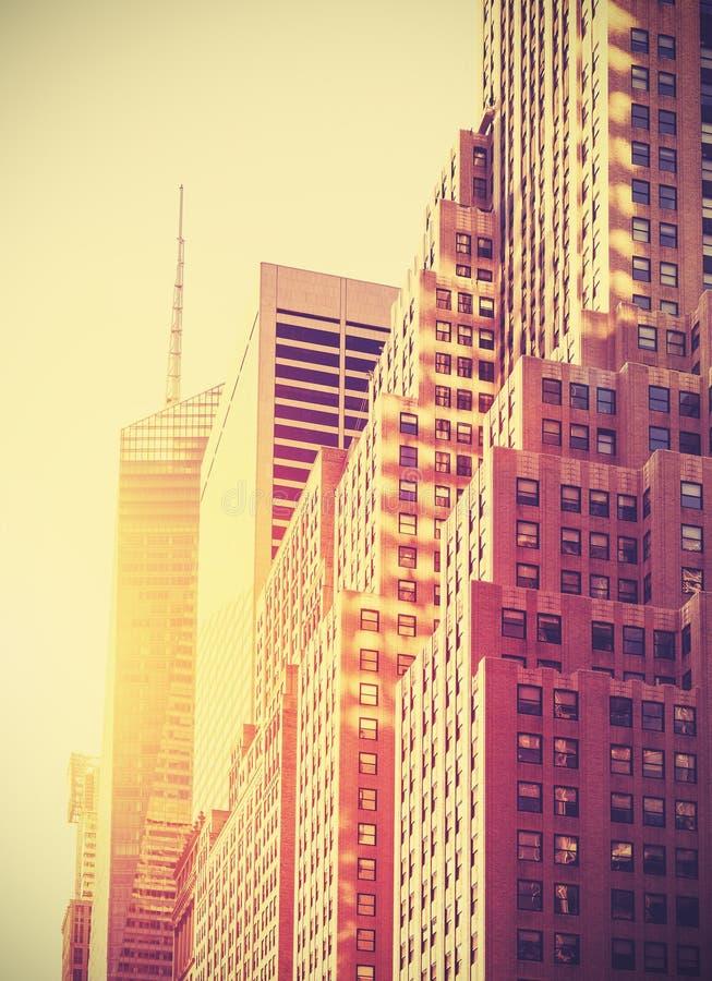 Wijnoogst gestemde foto van wolkenkrabbers in Manhattan bij zonsondergang, NYC, stock foto