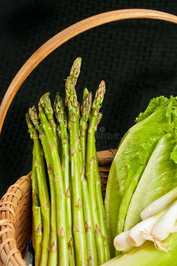 Wijnoogst geweven rietmand van organische, groene groente stock afbeelding