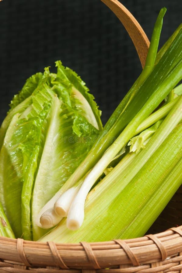 Wijnoogst geweven rietmand van organische, groene groente stock fotografie