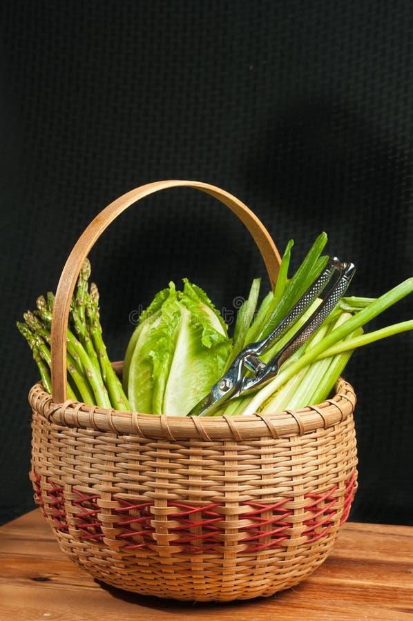 Wijnoogst geweven rietmand van organische groene groenten royalty-vrije stock foto's