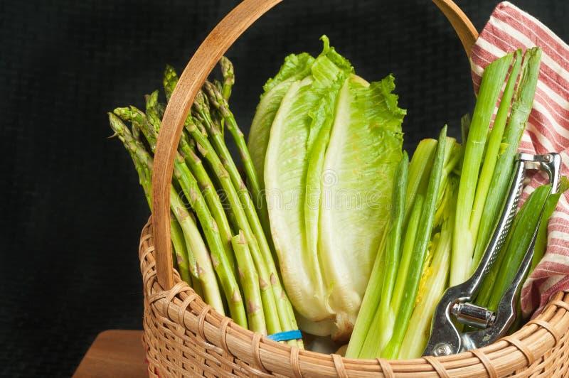 Wijnoogst geweven rietmand van organische groene groenten stock foto's