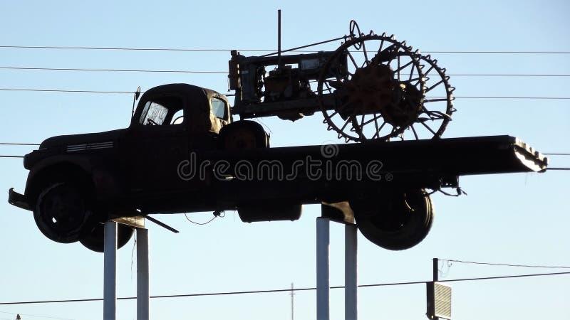 Wijnoogst opgeheven vrachtwagen en tractor stock foto
