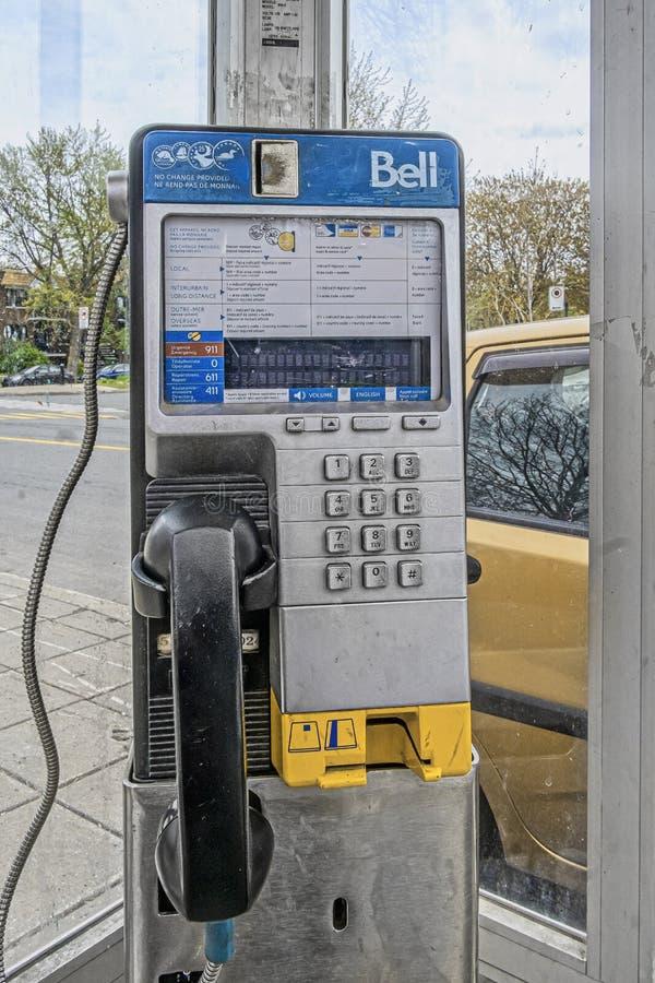 Wijnoogst van de klok de openbare telefoon in Montreal stock afbeeldingen