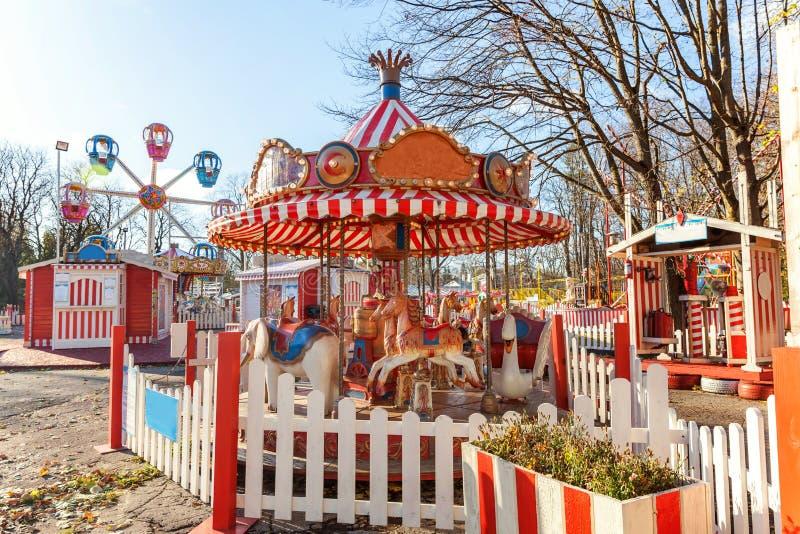 Wijnoogst vrolijk-gaan-om vliegende paardcarrousel in het park van de vermaakvakantie stock afbeeldingen