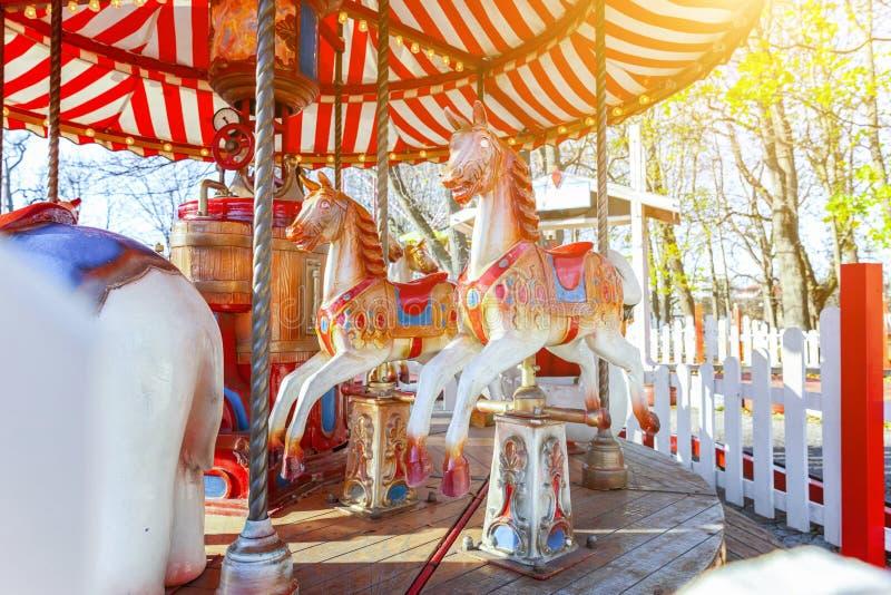 Wijnoogst vrolijk-gaan-om vliegende paardcarrousel in het park van de vermaakvakantie stock fotografie