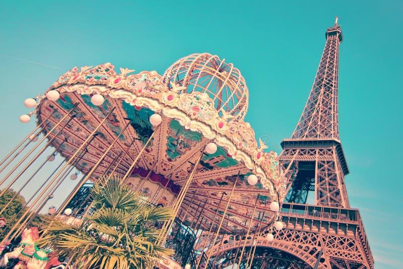 Wijnoogst vrolijk-gaan-rond en de toren van Eiffel, Parijs stock foto