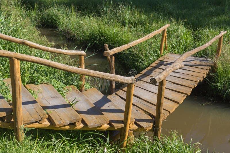 Wijnoogst zelf-gemaakte houten brug over de rivier royalty-vrije stock afbeeldingen