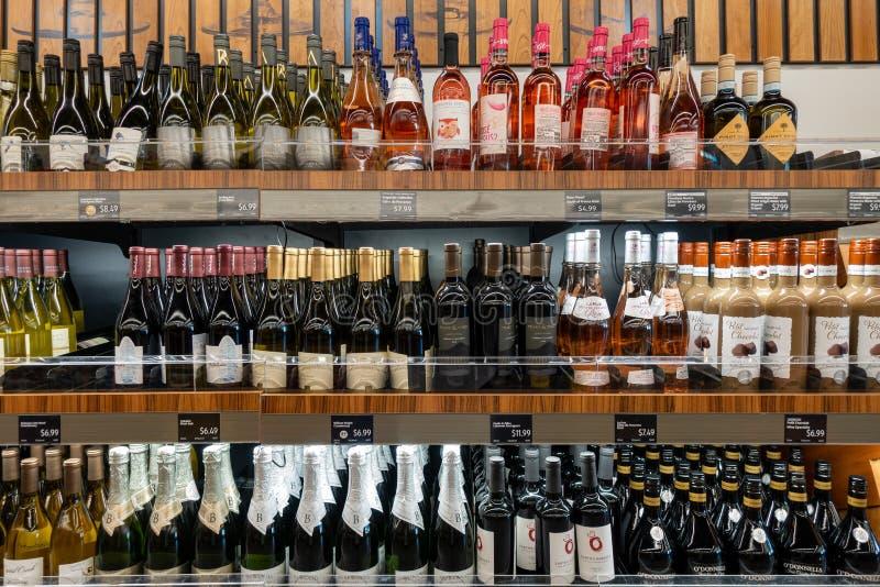 Wijnsectie bij een kruidenierswinkelopslag royalty-vrije stock foto