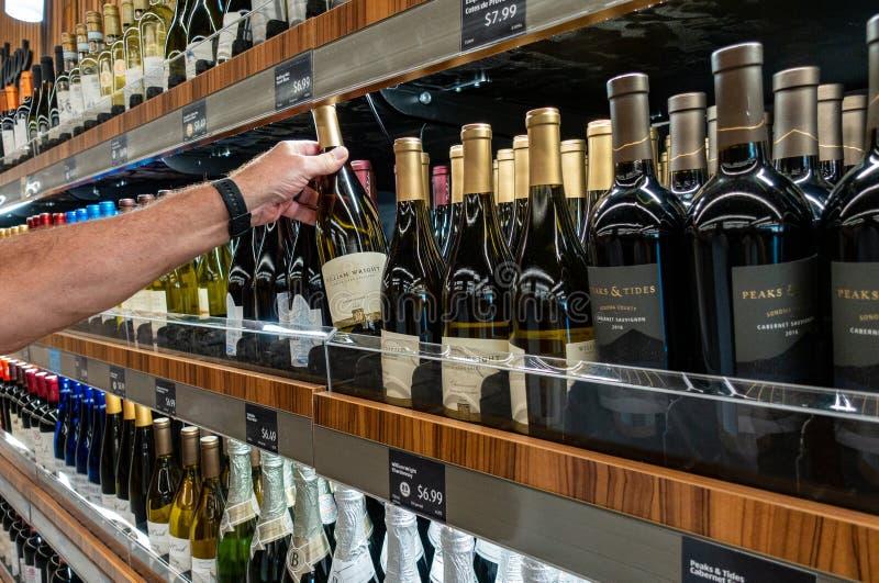 Wijnsectie bij een kruidenierswinkelopslag royalty-vrije stock afbeelding