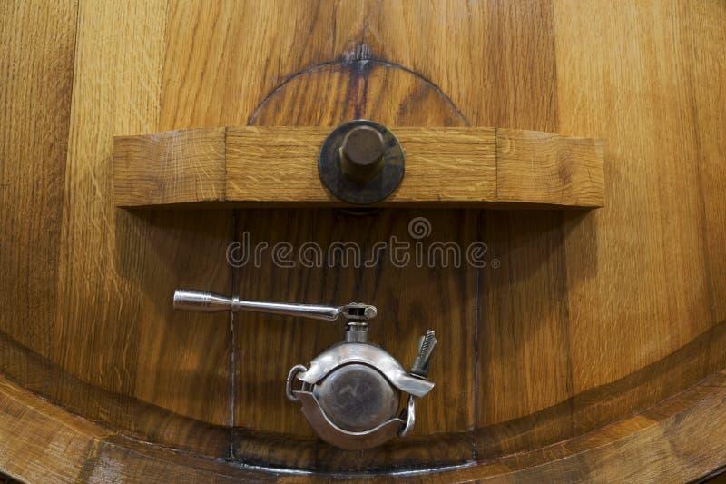 Wijnvat met metaalkraan stock afbeeldingen