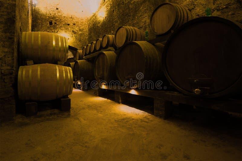 Wijnvatten in de oude kelder van de stad van Montepulciano Toscanië, Italië royalty-vrije stock afbeeldingen