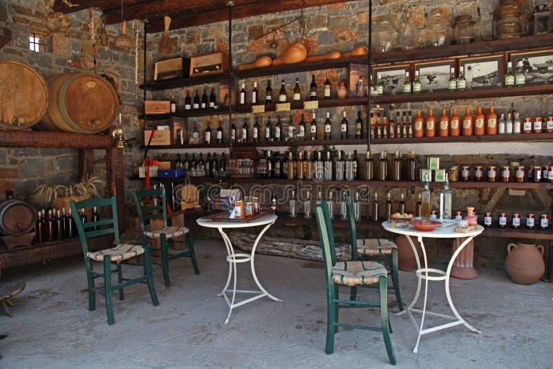 Wijnvatten en flessen in de oude kelder van een wijnmakerij stock foto