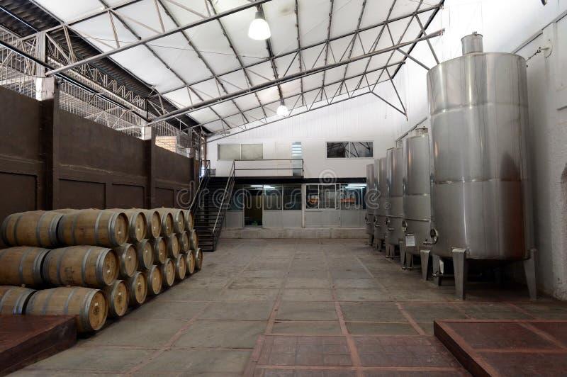 Wijnvatten en gistingstanks bij de wijnmakerij Viu Manent royalty-vrije stock foto's