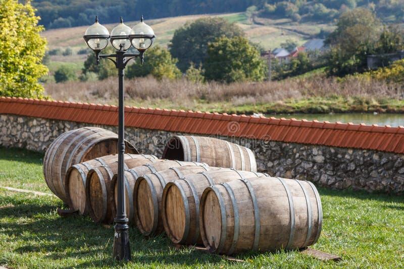 Wijnvatten in het klooster stock afbeeldingen