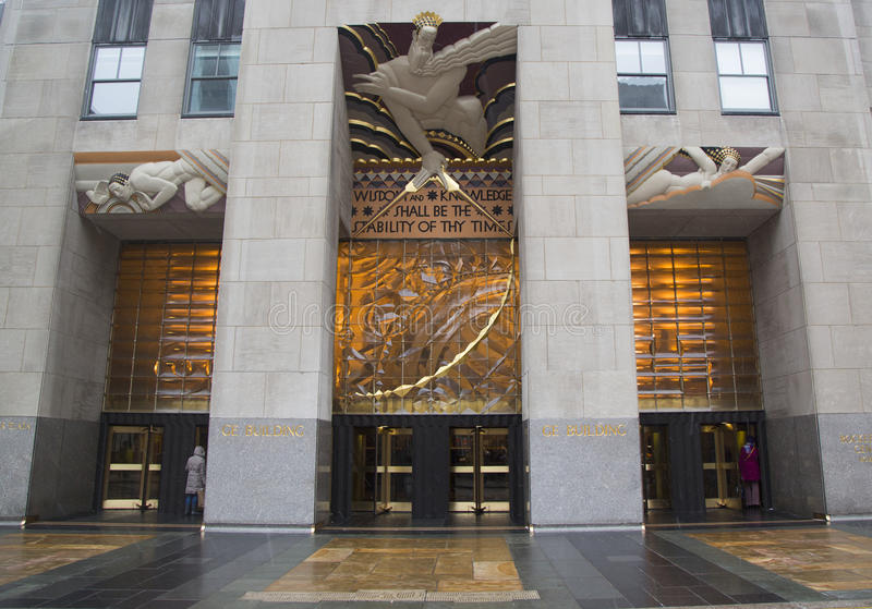 Wijsheid, een art decofries door Lee Lawrie over de ingang van GE-de Bouw bij Rockefeller-plein stock fotografie