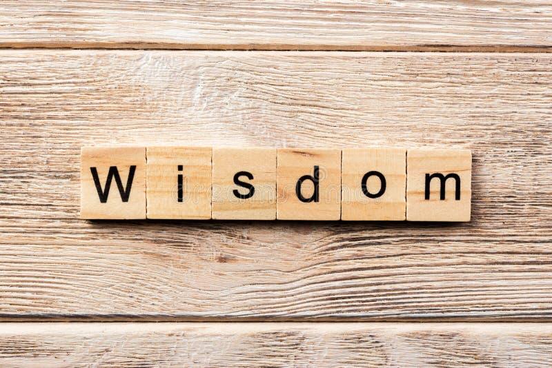 Wijsheidswoord op houtsnede wordt geschreven die wijsheidstekst op lijst, concept royalty-vrije stock afbeelding