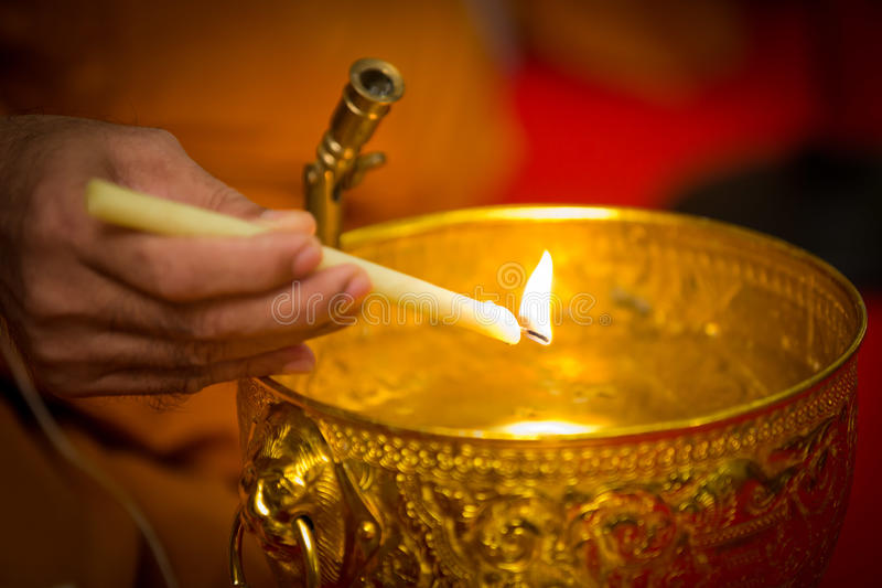 Wijwater, de monniken en de godsdienstige rituelen stock foto's