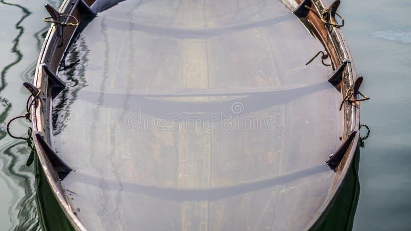 Wikingerschiff mögen das Boot, das Wasser einläßt stockbilder