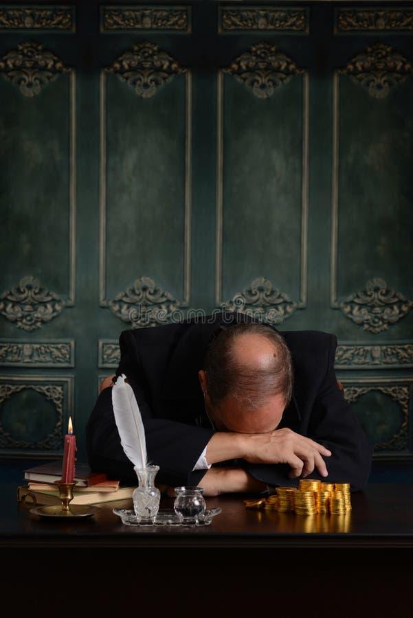 Wiktoriański biznesowy mężczyzna smutny o jego pieniądze zdjęcia stock