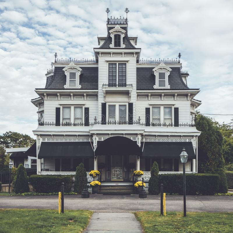 Wiktoriański stylowy dom pogrzebowy ozdobny z unikalnym wrony gniazdeczkiem ja fotografia royalty free