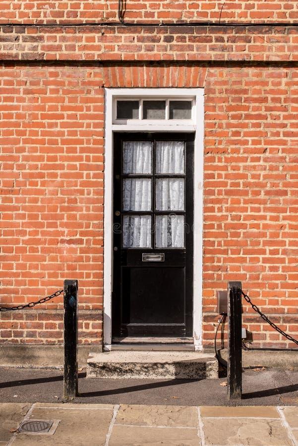 Wiktoriańskiego czerni zewnętrznie drewniany drzwi z szkło panel na clas fotografia royalty free