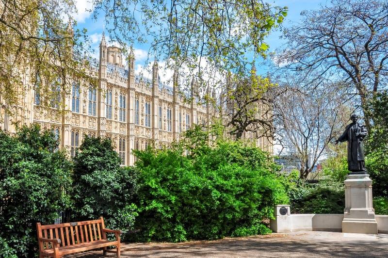 Wiktoria wierza uprawia ogródek w wiośnie, Londyn, UK zdjęcia stock