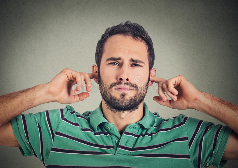 Wil de Headshot niet bevallene mens die oren met vingers stoppen niet luisteren stock foto's