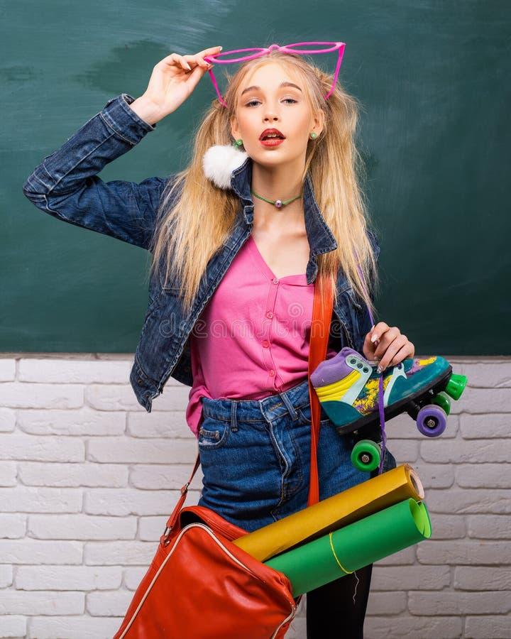 Wil enkel hebben pret r Creatieve stijl r Buitensporig schoolmeisje school stock afbeeldingen