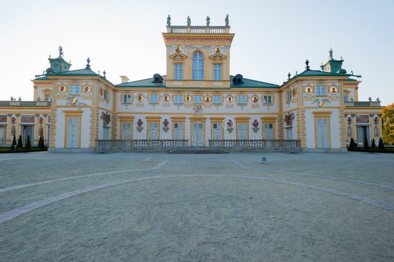 Wilanow palacio Varsovia Polonia palacio de octubre de 2014 con la opinión exterior del jardín alrededor imágenes de archivo libres de regalías