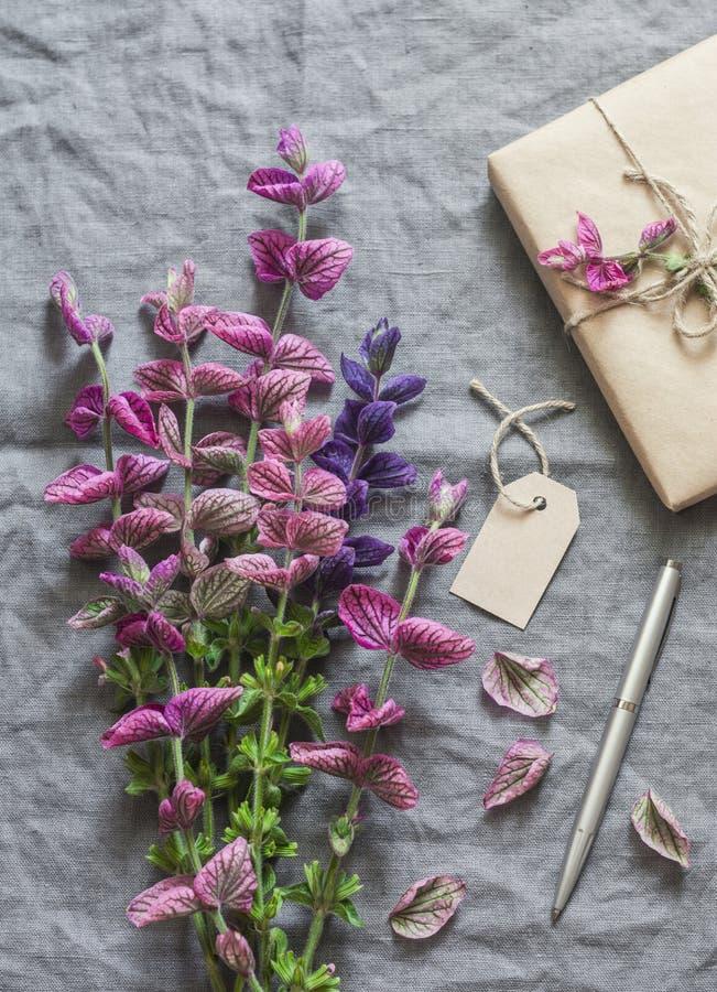 Wild bloemenboeket, met de hand gemaakte giftdoos, markering op grijze linnenachtergrond vrije ruimte voor tekst, hoogste mening stock foto's