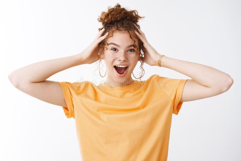 Wild emotional angeregte, gut aussehende junge 20er-Jahre-Rotkopfmädchen, unordentliches, lockiges Haarbuhn mit orangefarbenem T- lizenzfreie stockfotografie