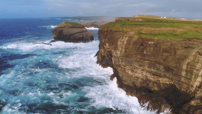 Wild en blauw oceaanwater bij het Ierse westkust ontzagwekkende landschap royalty-vrije stock afbeeldingen