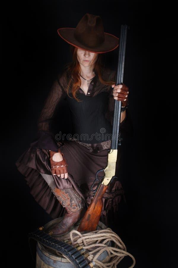 Wild het westenmeisje met geweer stock fotografie