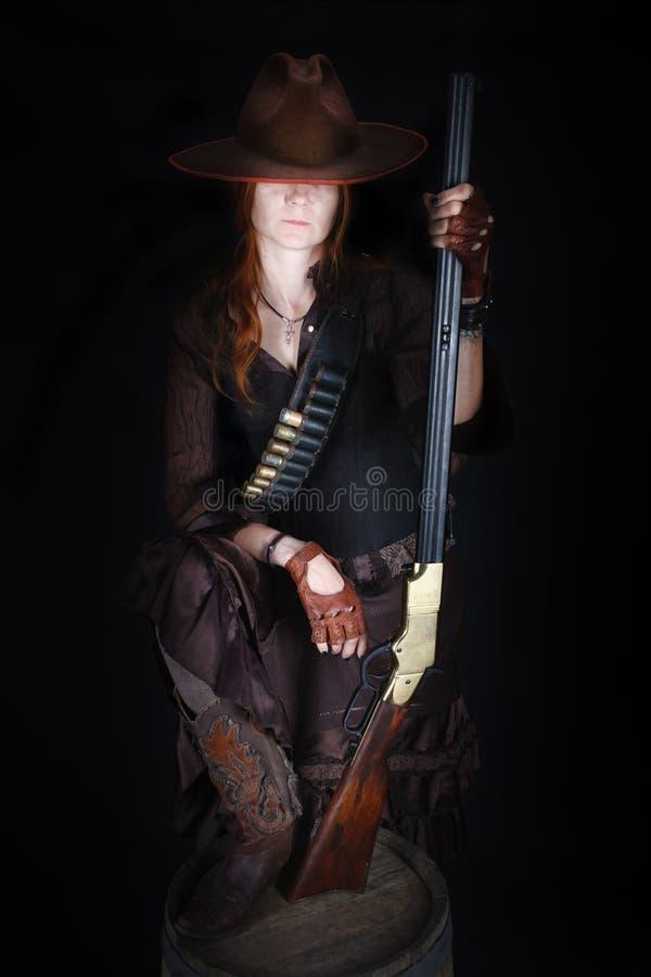 Wild het westenmeisje met geweer royalty-vrije stock afbeelding