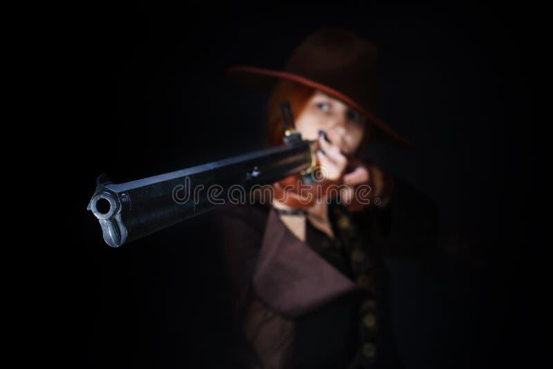 Wild het westenmeisje met geweer stock foto's