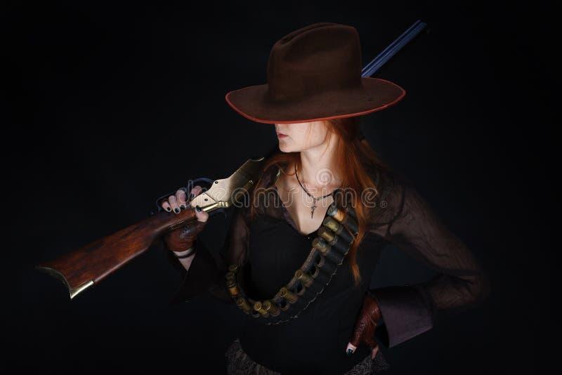 Wild het westenmeisje met geweer royalty-vrije stock foto