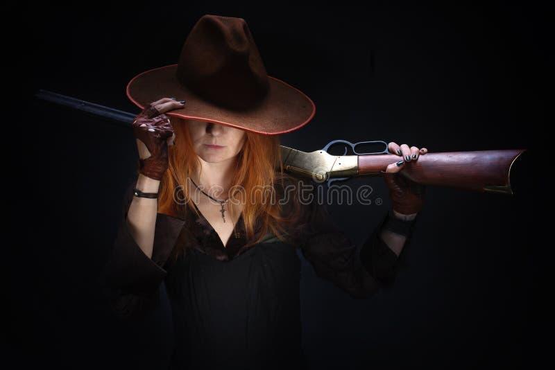 Wild het westenmeisje met geweer royalty-vrije stock foto's