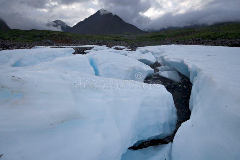 Wild landschap, Rusland. De gletsjerblokken van het ijs, stenen. royalty-vrije stock fotografie