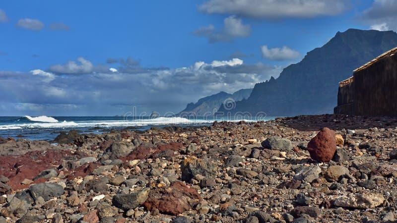 Wild strand bij de voet Bergen van Anaga van Tenerife stock fotografie