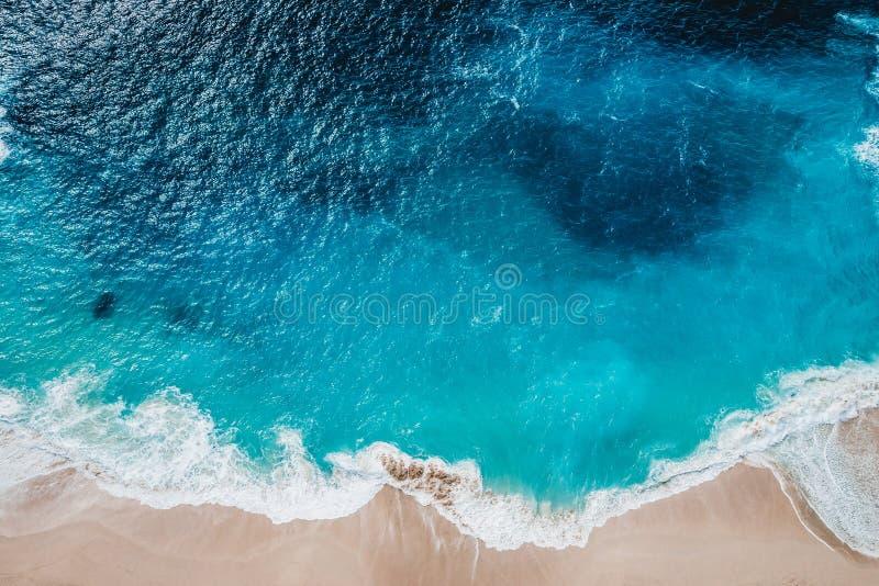 Wild strand, hoogste mening, golven stock afbeeldingen