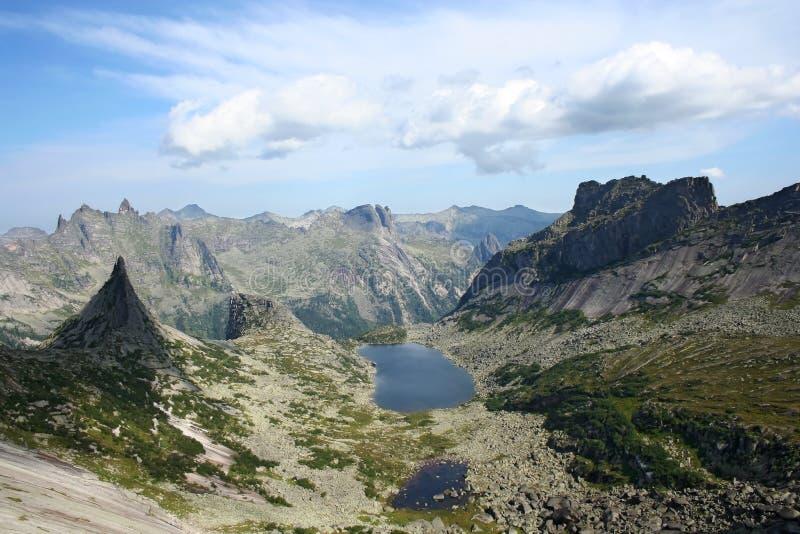 Wilde aard in Ergaki rand, Sayan bergen, Rusland stock foto