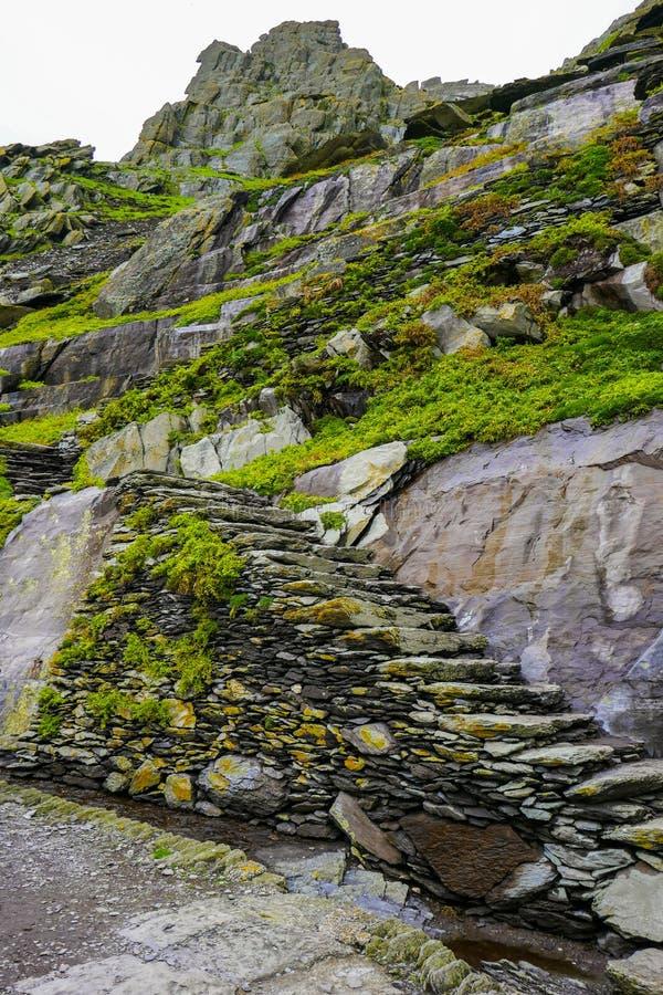 Wilde Atlantische Manier Ierland: Één kwetsbare stap tegelijkertijd: Stijgende onbeschermde oude rotsachtige stappen aan Skellig  royalty-vrije stock afbeelding