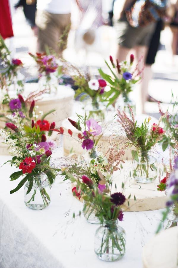 Wilde Blumen im Glasgefäß stockfotografie