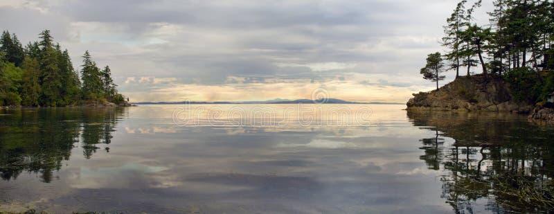 Wilde Bucht entlang Chuckanut Laufwerk in Washington lizenzfreie stockfotografie