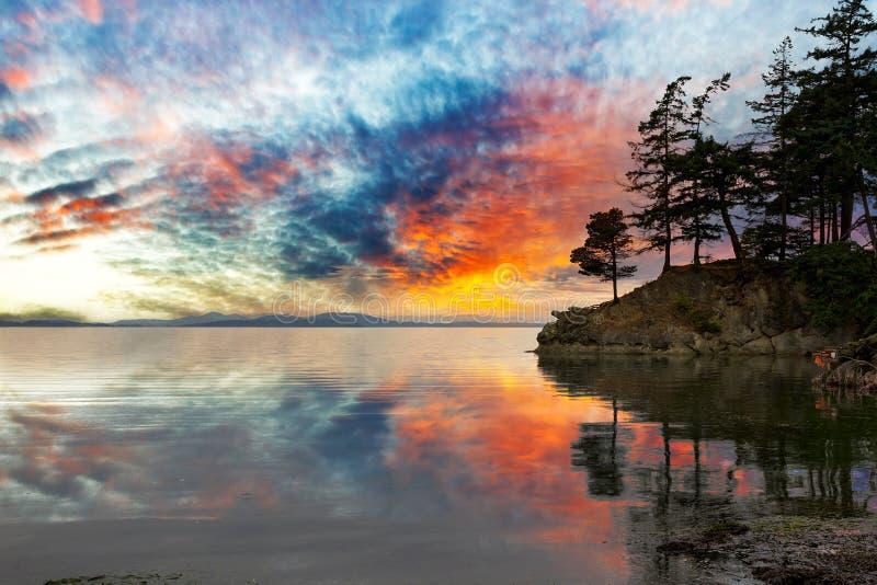 Wilde Bucht in Washington State bei Sonnenuntergang stockfoto
