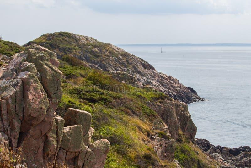 Wilde felsige Küste auf West-Schweden stockfotografie